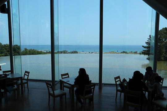 空・海・池が連なるカフェ