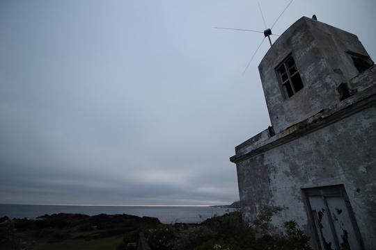 灯台裏の廃墟